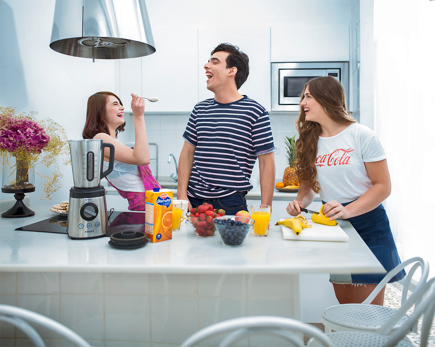 advertising-lifestyle-photo-of-teens-making-smoothie-in-kitchen-detroit-commercial-photographer-scott-stewart