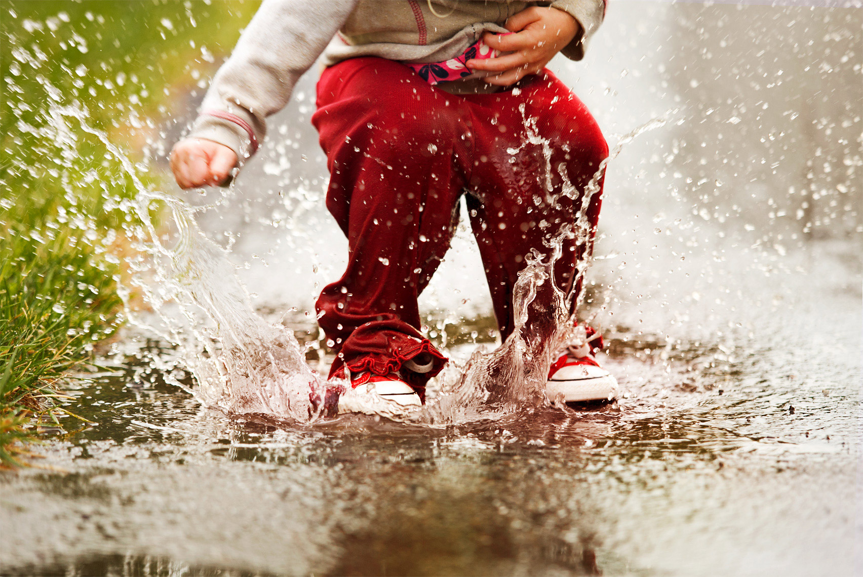 scott-stewart-lifestyle-photograph-of-child-dancing-in-the-water-ann-arbor-photographer